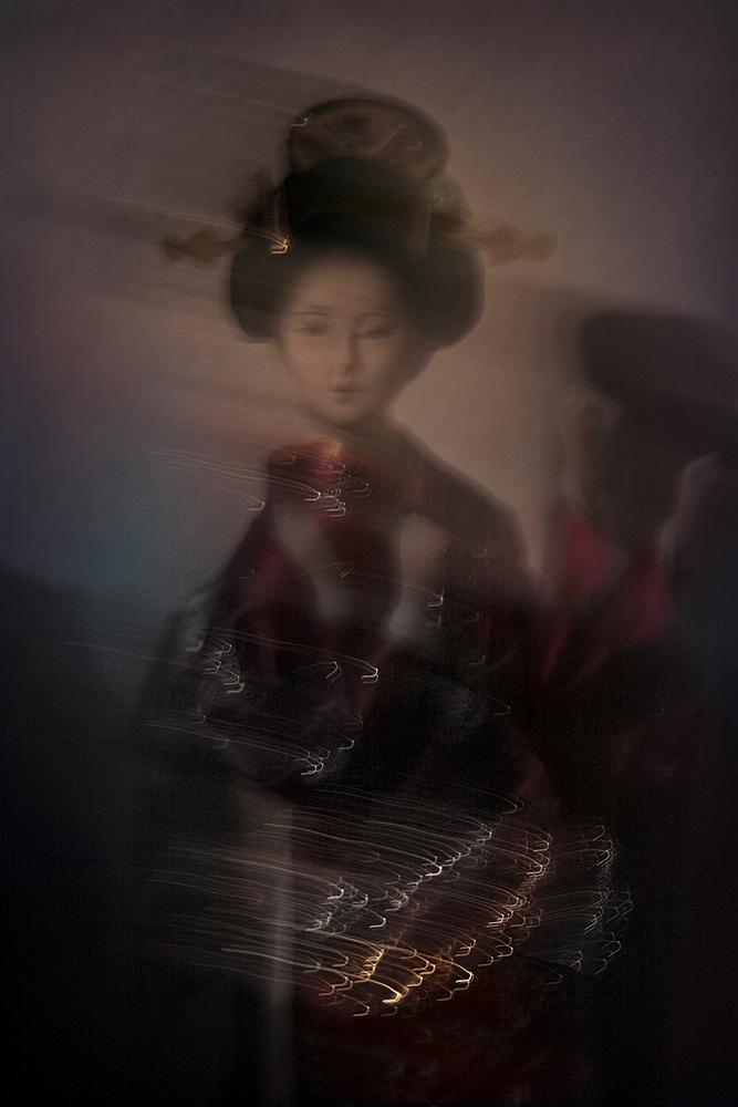 Maiko-minarai-smoke-geiko-dance-Horno-Virtual-Gallery-galeria-arte-fotografia-artistica-decorativa-art-geisha