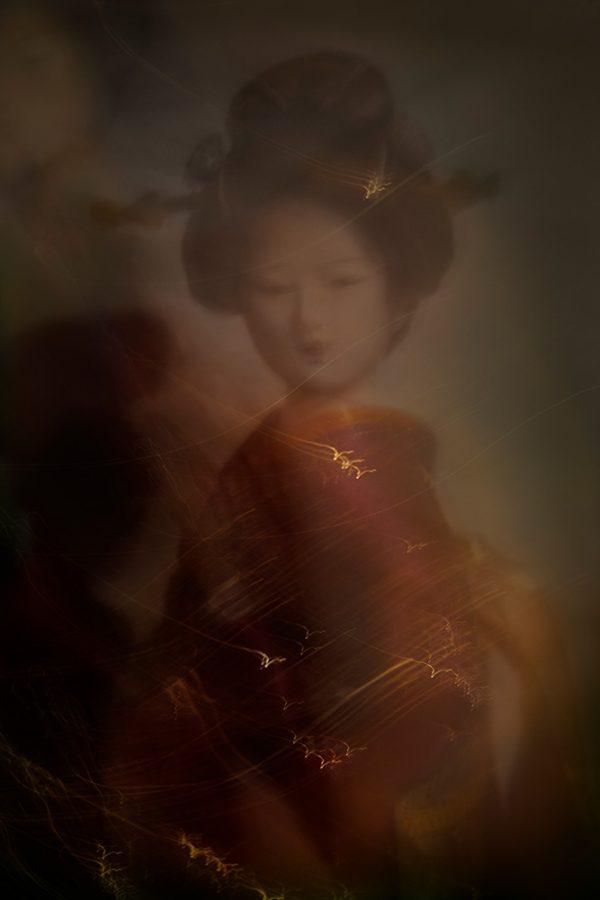 Maiko-minarai-smoke-geiko-portrait-1-Horno-Virtual-Gallery-galeria-arte-fotografia-artistica-decorativa-art-geisha