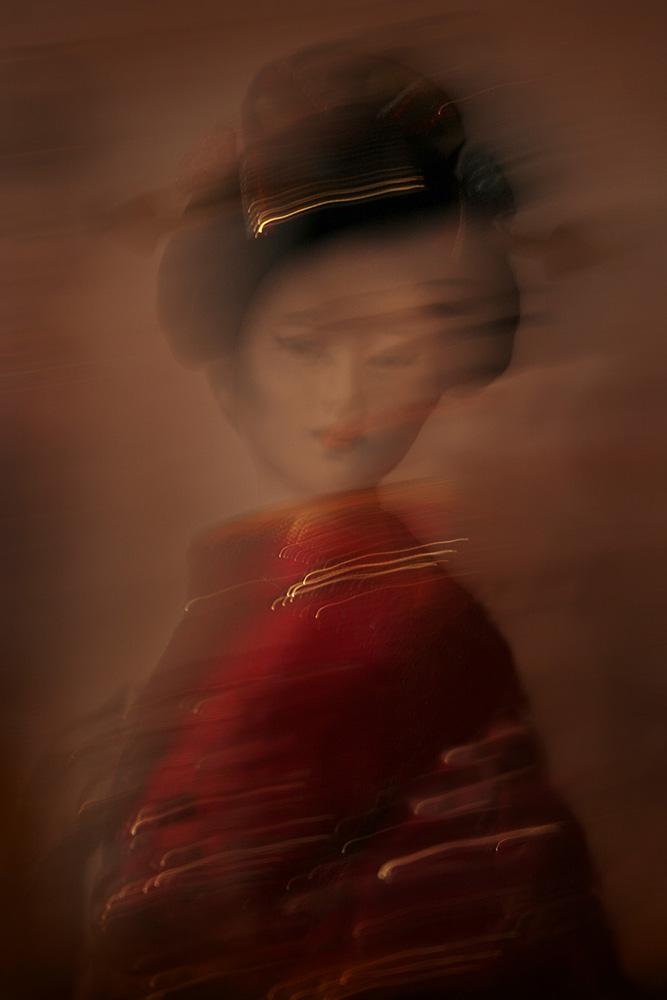 Maiko-minarai-smoke-geiko-portrait-2-Horno-Virtual-Gallery-galeria-arte-fotografia-artistica-decorativa-art-geisha