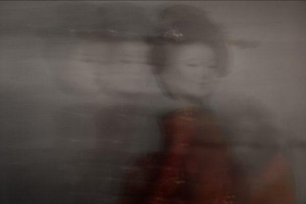 Maiko-minarai-smoke-geiko-walk-1-Horno-Virtual-Gallery-galeria-arte-fotografia-artistica-decorativa-art-geisha