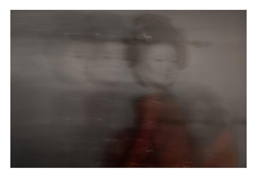 Maiko-minarai-smoke-geiko-walk-Horno-Art-Virtual-Gallery-galeria-arte-fotografia-artistica-edicion-limitada-geisha-2