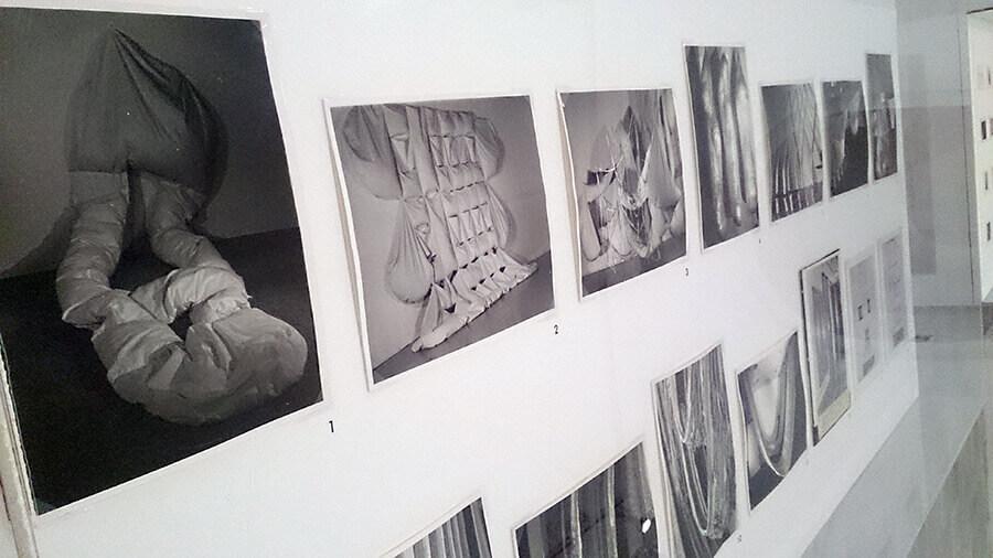Ida-Applegroog-marginalias-Fotografías-Instalacion-Museo-reina-sofia-Exposicion-Madrid-2021-Horno-galeria-arte-online-900x506
