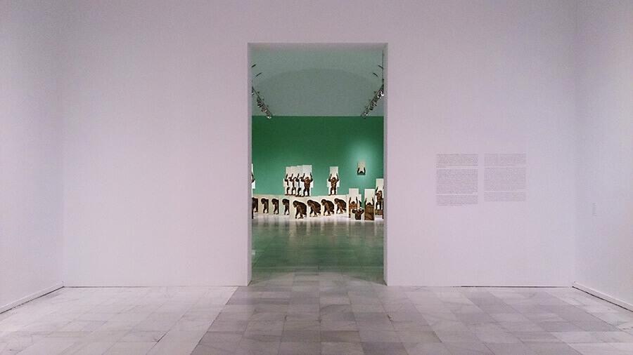 Ida-Applegroog-marginalias-Museo-reina-sofia-Exposicion-Madrid-2021-Horno-Art-Virtual-Gallery-galeria-arte-online-decoracion-interiorismo-instalacion-monos-900x506