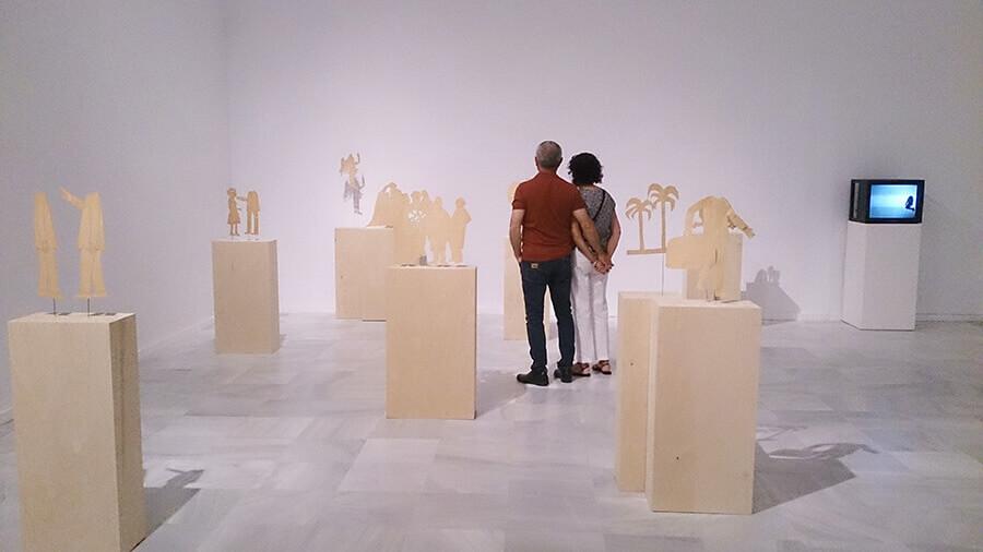 Ida-Applegroog-marginalias-Museo-reina-sofia-Exposicion-Madrid-2021-Horno-Art-Virtual-Gallery-galeria-arte-online-decoracion-interiorismo-pedestales-madera-900x506