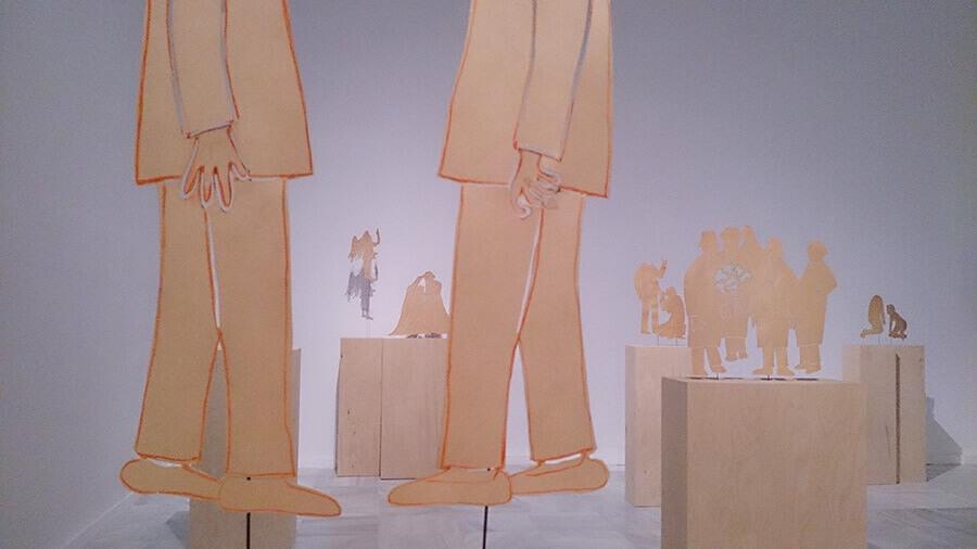Ida-Applegroog-marginalias-Museo-reina-sofia-Exposicion-Madrid-2021-Horno-Art-Virtual-Gallery-galeria-arte-online-decoracion-interiorismo-pedestales-madera-siluetas-900x506
